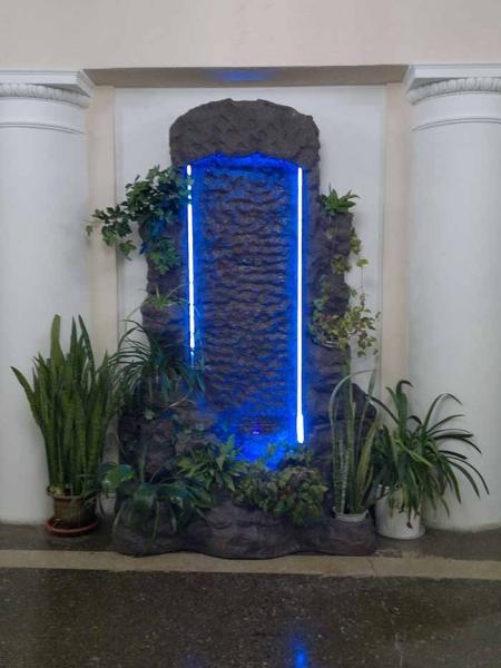 Пристенный водопад с подсветкой и кашпо